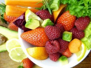Obst und Gemüse auf einem Teller