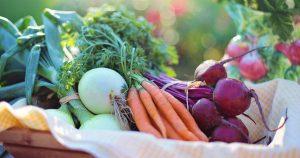 Ein Korb voll mit Gemüse bestehend aus Rote Beete, Karotten und Zwiebeln