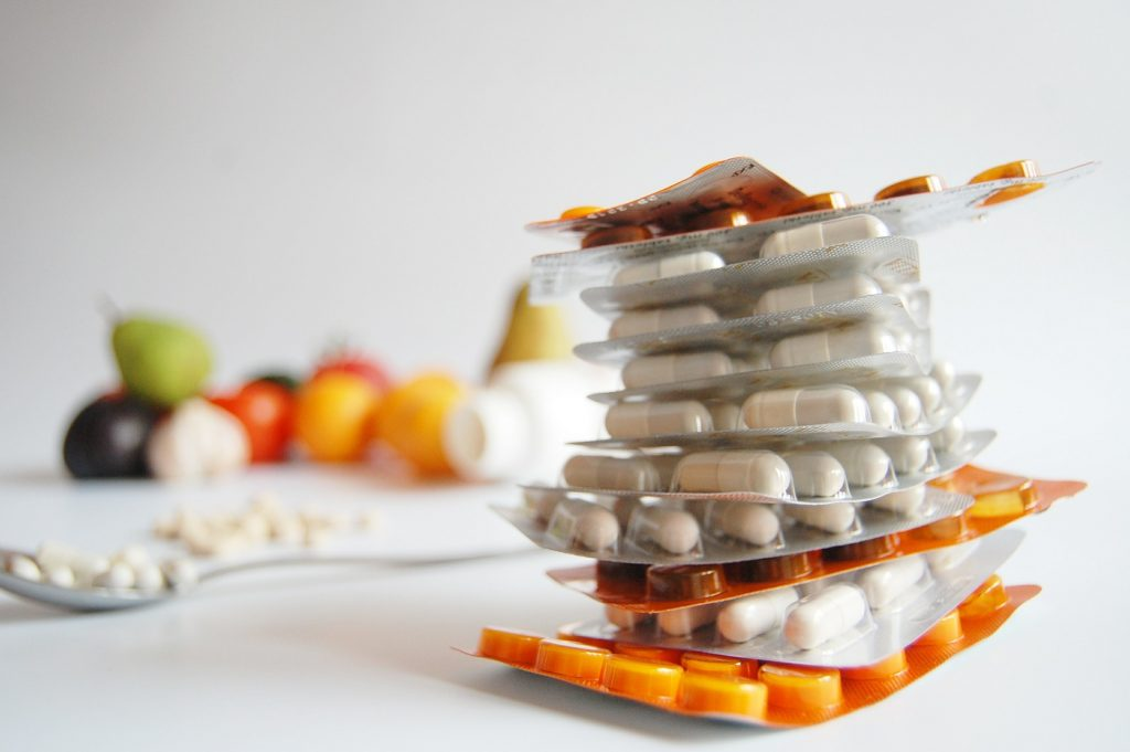 Tabletten mit Obst im Hintergrund