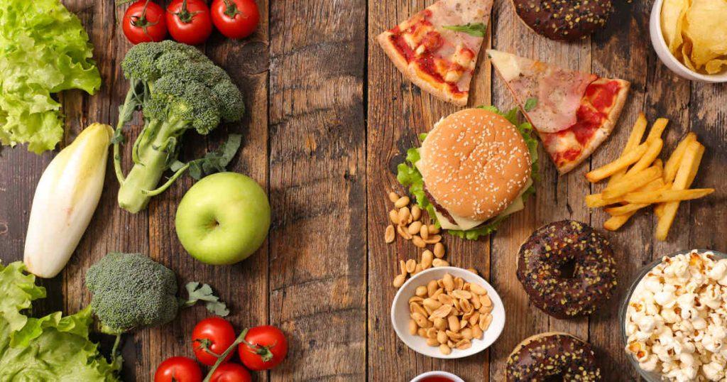 gesunde Lebensmittel liegen gegenüber ungesunden Snacks