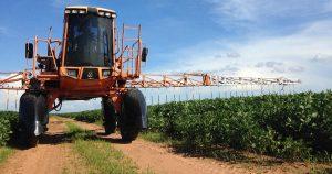 Ein Landwirt versprüht Pestizide gegen Pflanzenschädlinge