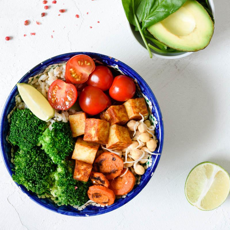 Eine Schale ist voll mit buntem Gemüse und Tofu als pflanzliche Eiweißquelle