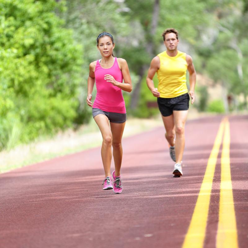 Zwei Läufer laufen schnell im Stadion