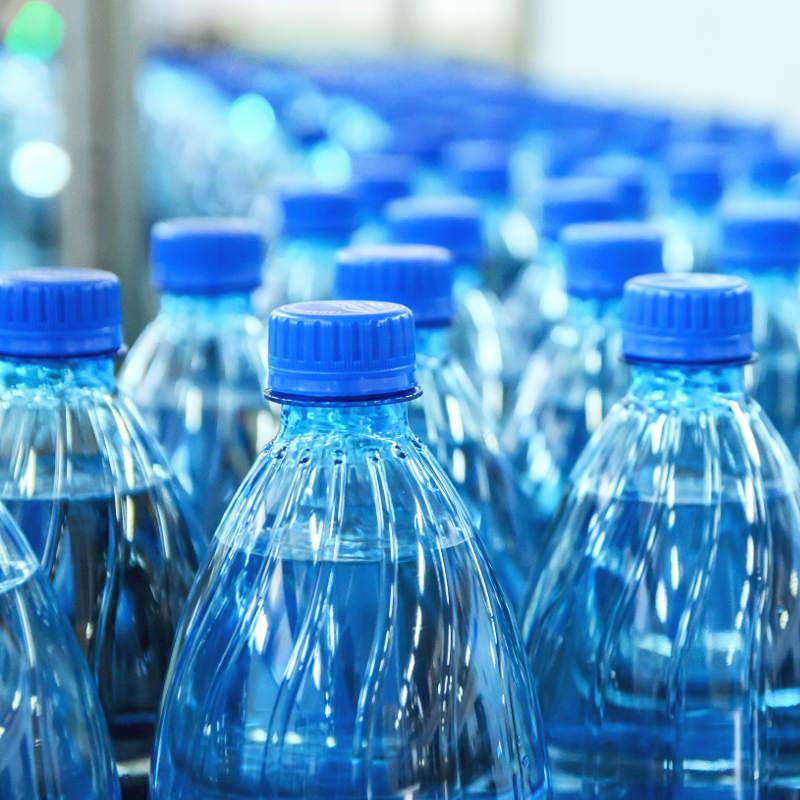 Wasser abgefüllt in Plastikflaschen für den Supermarkt