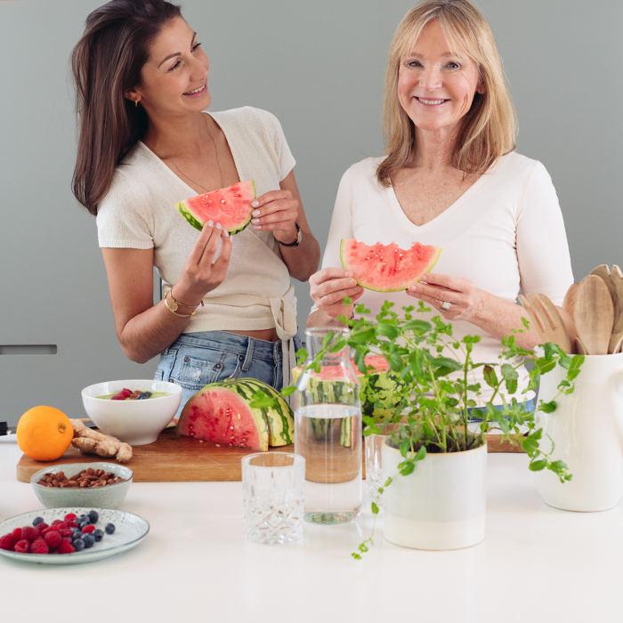 Mira und Petra in der Küche. Essen gemeinsam Wassermelone