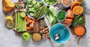 verschiedene Gemüsesorten und Getreidearten liegen bunt verteilt auf dem Tisch