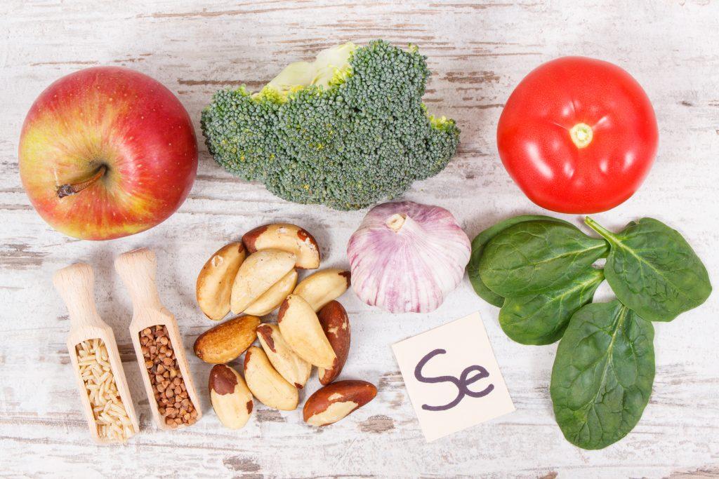 verschiedenes Obst, Gemüse und Getreide, die Selen enthalten
