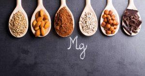 Abgebildet sind magnesiumhaltige Nüsse und Samen sowie schwarze Schokolade