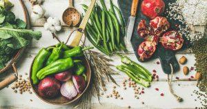 Frisches Gemüse und Obst liegen auf einem Tisch verteilt