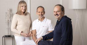 Petra Bracht, Roland Liebscher-Bracht und Sternekoch Johann Lafer sitzen gemeinsam beieinander