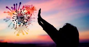 Zu erkennen ist ein Kind, dass sich mit nach vorne und oben ausgestreckten Armen gegen Viren, die aussehen wie ein Feuerwerk wehrt. Im Hintergrund ist ein Sonnenuntergang abgebildet.