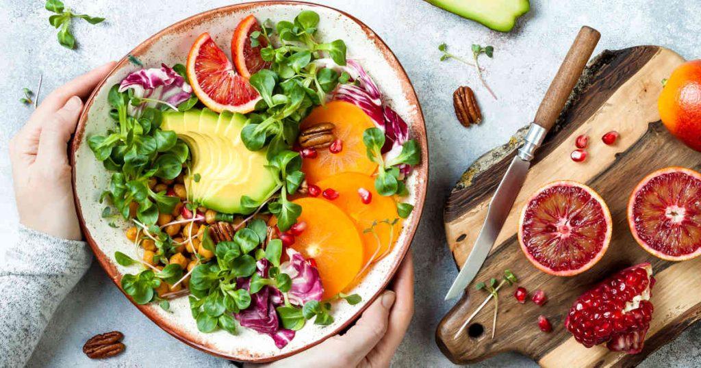 vegane, bunte Buddhabowl mit Gemüse, Hülsenfrüchten und Blutorange