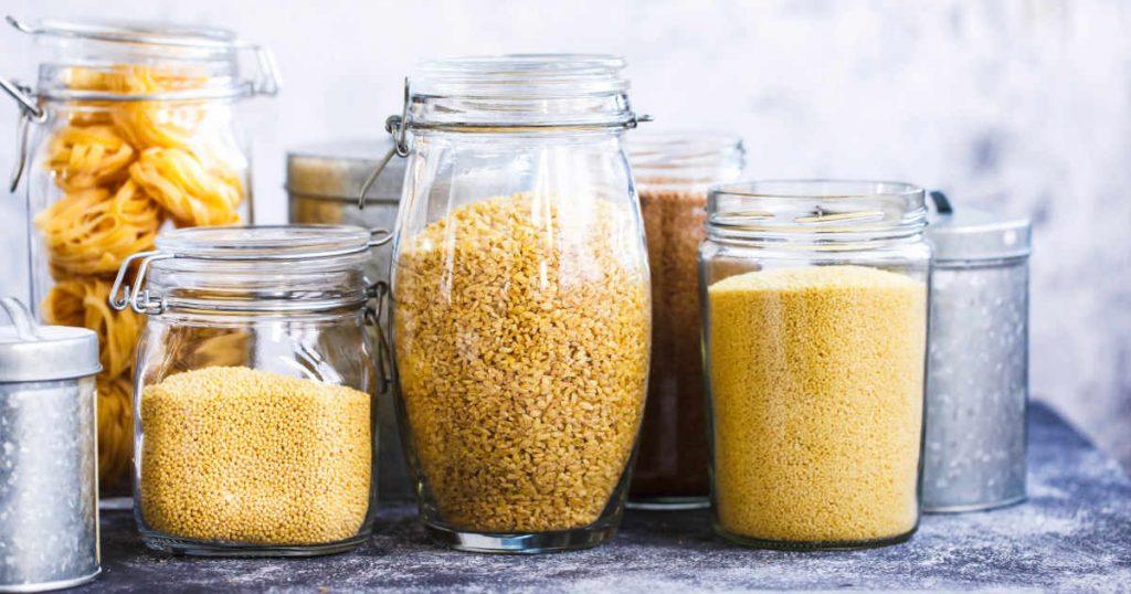 viele verschiedenen glutenfreie Getreidesorten stehen in Vorratsgläsern beisammen